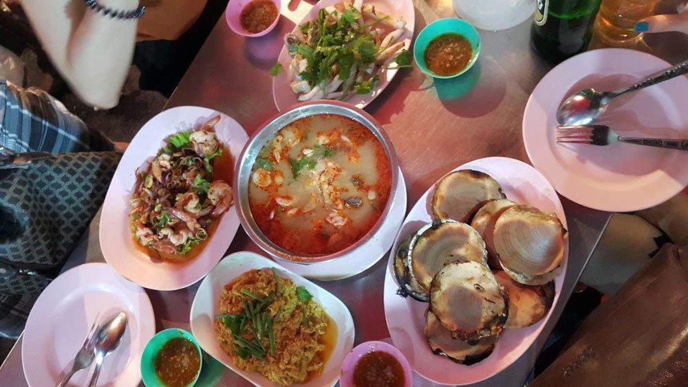 Hải sản là thứ không thể thiếu, mình ăn tại China town, quán Lek & Rut cạnh quán T & K. Giá một món trong khoảng 200 đến 300 bạt.