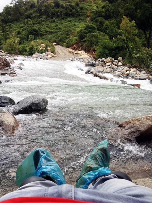 Ngẩn ngơ trước dòng suối