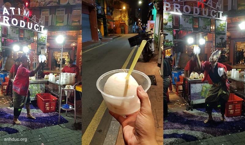 Nước dừa ở đầu phố Jonker Street - RM5